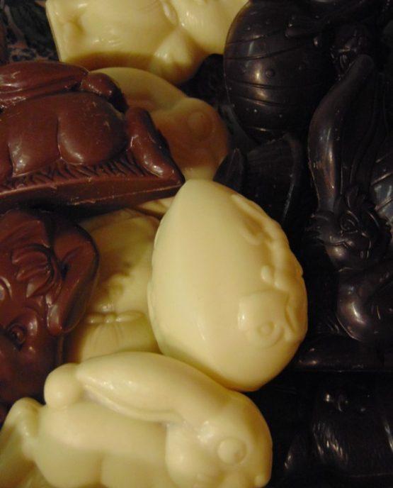 Paaschocolade: Piepfiguren in melkchocolade Paaschocolade: Piepfiguren in fondant chocolade Paaschocolade: Piepfiguren in witte chocolade Piepfiguren in witte pure en melkchocolade Piepfiguren in witte, pure en melkchocolade