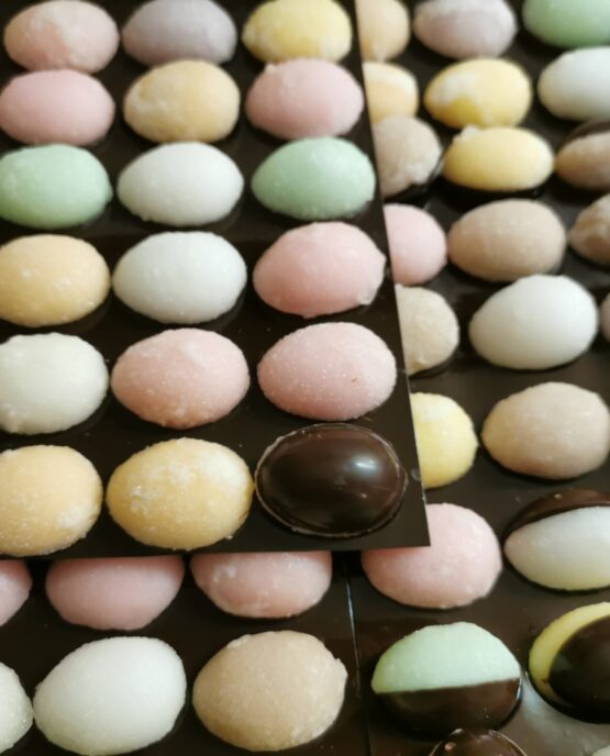 Fondantsuiker eitjes met fondant chocolade