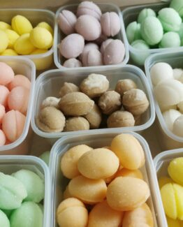 Fondantsuiker gekleurde eitjes zonder chocolade